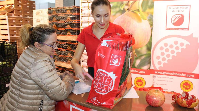 La Granada Mollar de Elche se promociona en 300 fruterías de toda España